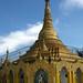 Luxo dos templos budistas contrasta...