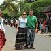 Mi e Roy trajados com o sarong, traje típico
