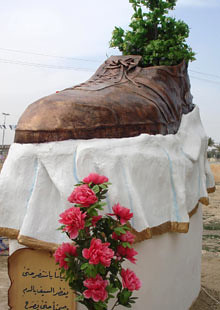 bush-shoe-statue-001
