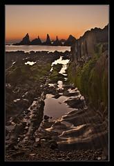 En busca de la felicidad (Jashir) Tags: seascape beach marina canon dawn spain rocks alba asturias playa paisaje amanecer 7d cudillero rocas asturies dobleexposicin santamarina tamronspaf1750mmf28xrdiiildasphericalif clida canoneos7d gueira mygearandme
