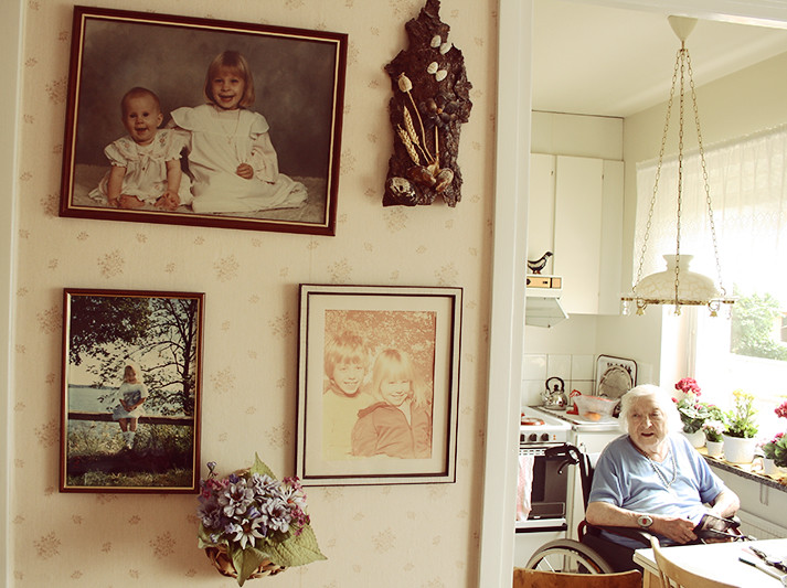 Tavlor hemma hos gammelfarmor och gammelfarmor själv
