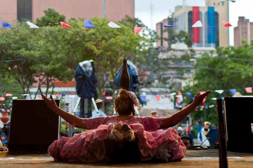 Una alumna de la Escuela de Danza Monserrat interpreta la danza de la botella en un espacio musical y artístico llevado a cabo en un escenario frente al Cabildo el sábado 25 de Junio durante las celebraciones por la Fiesta de San Juan.  (Elton Núñez)
