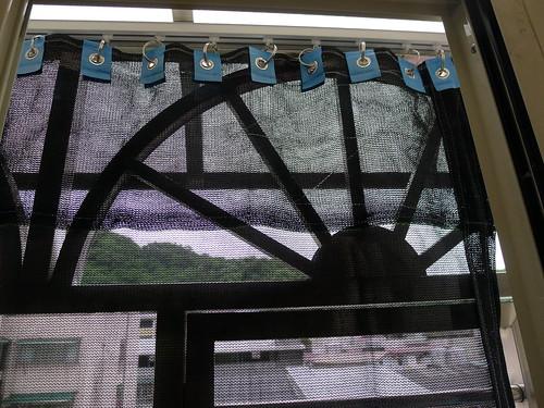 陽台鐵窗架外加裝針織網隔絕陽光