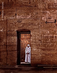 GUARDING THE TEMPLE OF HORUS (EGYPT - EDFOU) (KAROLOS TRIVIZAS) Tags: temple robe guard egypt egyptian horus aswan hieroglyphs ptolemy caftan digitalcameraclub edfou galabya blinkagain