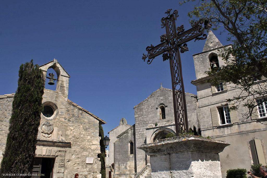 L'église Saint Vincent, avec la grande croix de la place