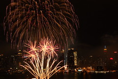 Fireworks Fountain (SCH NYC) Tags: nyc newyorkcity longexposure nightphotography skyline canon fireworks manhattan macys hudsonriver empirestatebuilding 4thofjuly barge weehawken macysfireworks stevehess lserieslens july4th2011 schnyc