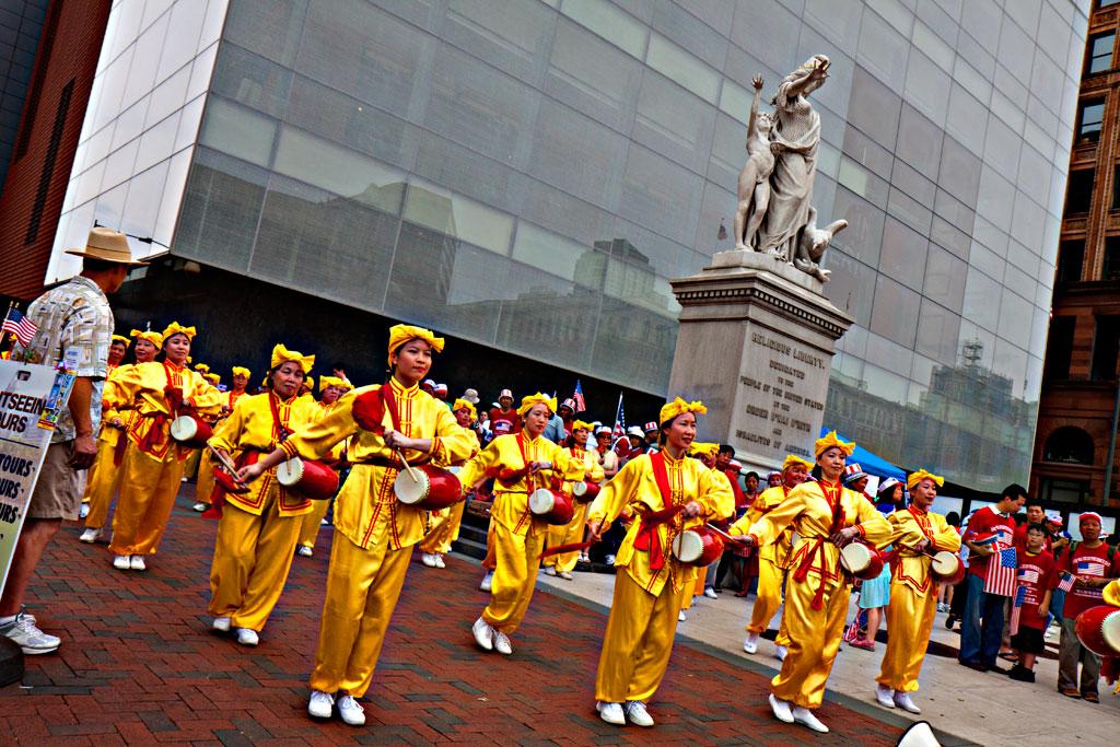Falun-Dafa-drummers--Olde-City