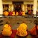 Monges tibetanos orando