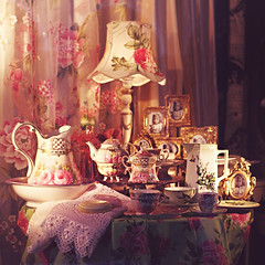 I  german shop windows! (www.juliadavilalampe.com) Tags: pink berlin vintage germany square deutschland photography retro paseo getty nikolaiviertel rococo gettyimages porcelana escaparate ayer decoracin vitrina chaulafanita juliadavila juliadavilalampe