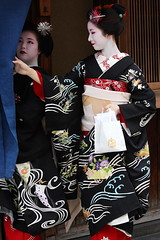Friendly :D (Teruhide Tomori) Tags: japan kyoto traditional event maiko 京都 日本 祇園 kimono gion 着物 higashiyama hanamachi ayano 舞妓 花街 hassaku fumino 彩乃 八朔 章乃