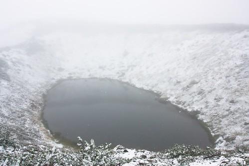 雪降る擂鉢池