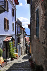 stradina di Rezzonico (Silvio Spaventa - Spav'68) Tags: street houses summer italy lake como lago nikon strada italia case azzurro lombardia lightblue rezzonico scalini d90 spav estae