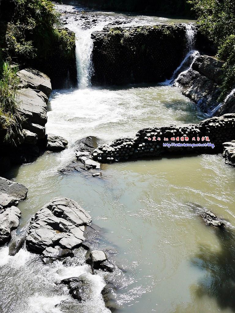 33 橋旁的小瀑布