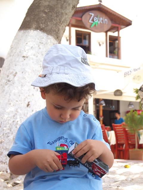 害羞的土耳其小男孩