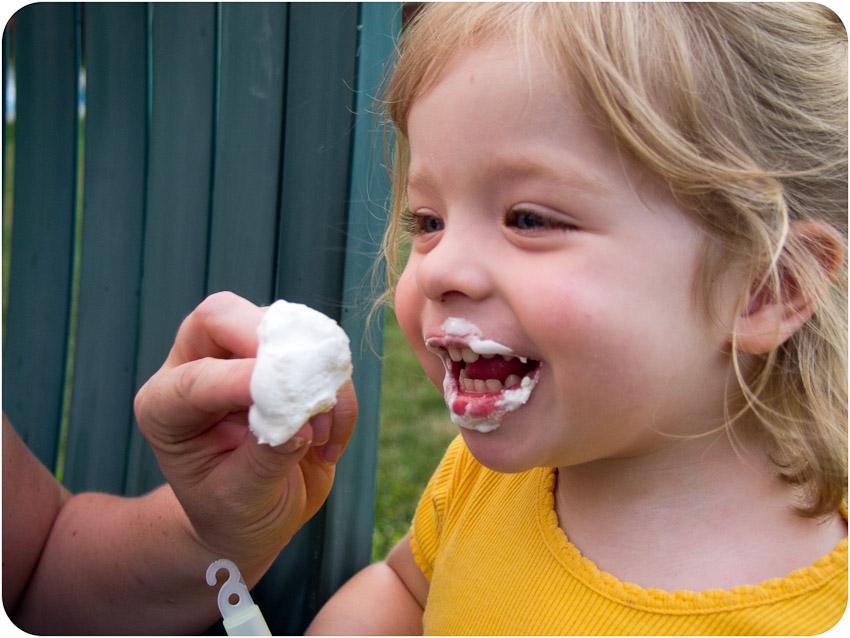 Sandrine mange sa guimauve