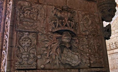 Pormenor de uma coluna, com as armas de Portugal