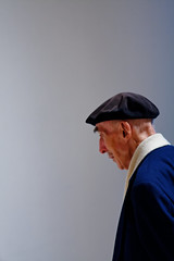 Man in Beret, San Francisco Museum of Modern Art (CT Young) Tags: sf sanfrancisco california art museum modernart sfmoma streetphotography moma museumofmodernart bayarea artmuseum beret modernartmuseum sanfranciscomuseumofmodernart streetcandid streetshooting canonef100mmf2usm