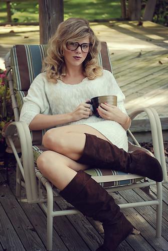 無料写真素材, 人物, 女性, ワンピース・ドレス, 女性  座る, アメリカ人, 眼鏡・メガネ