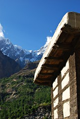 Altit Fort detail & Mountain in Hunza (KOKONIS) Tags: travel pakistan mountain nature architecture landscape ancient nikon asia karakoram hunza karimabad   altit d80 mrgniqq  gilgitbaltistan
