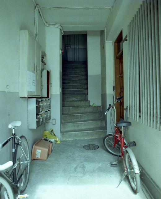 古びたビルの入り口