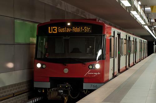 Planmäßiger Aufenthalt im Bahnhof Sündersbühl: Der DT3F wartet den Gegenzug ab.