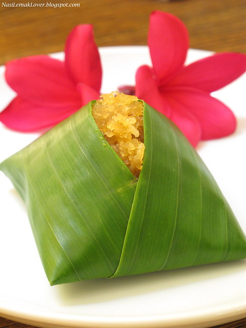 Pulut Inti ( Glutinous rice with coconut sweet filling)