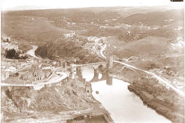 Vista aérea del Puente de san Martín y el Cerro de la Cabeza a comienzos del siglo XX