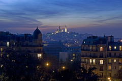 France - Paris 75019 - Le Sacr-Cur (Montmartre) (Thierry B) Tags: france night geotagged photography frankreich europe exterior photos nacht outdoor dr montmartre bynight sacrcoeur geotag fr extrieur iledefrance parc nocturne butteschaumont parijs idf pars parigi    aaaaa geolocation 75019 pras  sacrcur photographies 2011    belvdre  horizontales europedelouest   noctambule      photosnocturnes gotagg thierrybeauvir  beauvir wwwbeauvircom droitsrservs 19mearrondissement  photothierrybeauvir 20111112