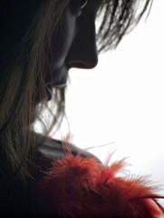 Piume rosso sangue (Isabella Pirastu) Tags: occhi ritratto bocca naso piume