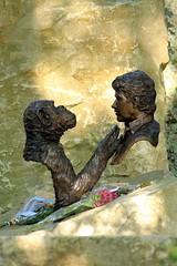 Jim Cronin Memorial (pborsey) Tags: wool october memorial charlie dorset ape f56 monkeyworld 250mm bronzebust jimcronin aperescuecentre highqualityanimals
