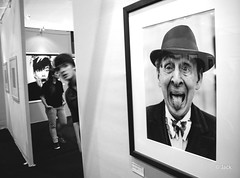 hello !! (Jack_from_Paris) Tags: jpr0466d700 nikond700 nikkoraf2820mm f110 20mm bw noir et blanc portrait galerie hello regards surpris exposition photo karl lagerfeld galery 2011 wide angle noiretblanc prime lens monochrom candid blackandwhite monochrome