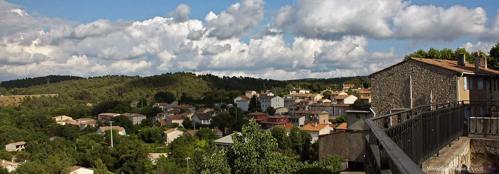 Le village, en hauteur, jouit d'une vue très dégagée sur les collines environnantes.