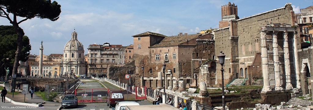 Forum d'Auguste, avec à droite les colonnes de ce qu'il reste du Temple de Mars Vengeur, Mars Ultor. La Via Allesandrina, en plein milieu de la photo, est une de ces voies de circulation moderne coupant tristement le site archéologique.