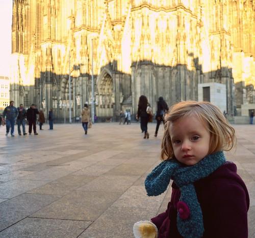 Der Kölner Dom ist für mein Baby genauso interessant wie ein gegessener Muffin. Erkenntnis Tages: Der Dom ist ganz schön kalt.