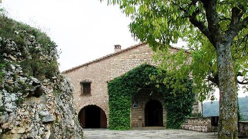 Entrada a la antigua ermita