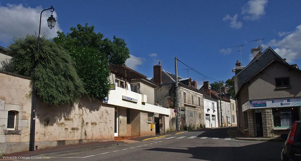 Une rue du village, avec à gauche le bureau de poste