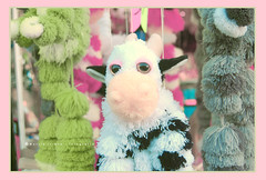 Marionetas en plena calle ... (Maril Irimia) Tags: cow nikon doll niceshot teddy marioneta puppet marionetas peluches vaquita softtones muecosdepeluche tonossuaves mygearandme marilirimia ringexcellence marilirimiafotografa musictomyeyeslevel1