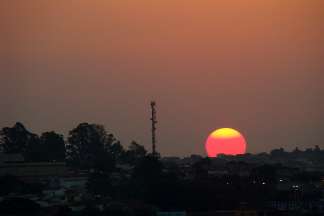 O sol cai sobre a cidade
