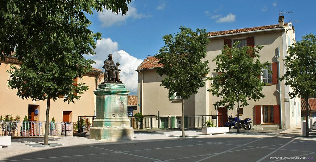 La Place Verminck, devant l'église, avec la statue de Charles Joseph Verminck, le fondateur de la première école de Fuveau.