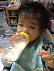 片手で哺乳瓶(2011/11/6)