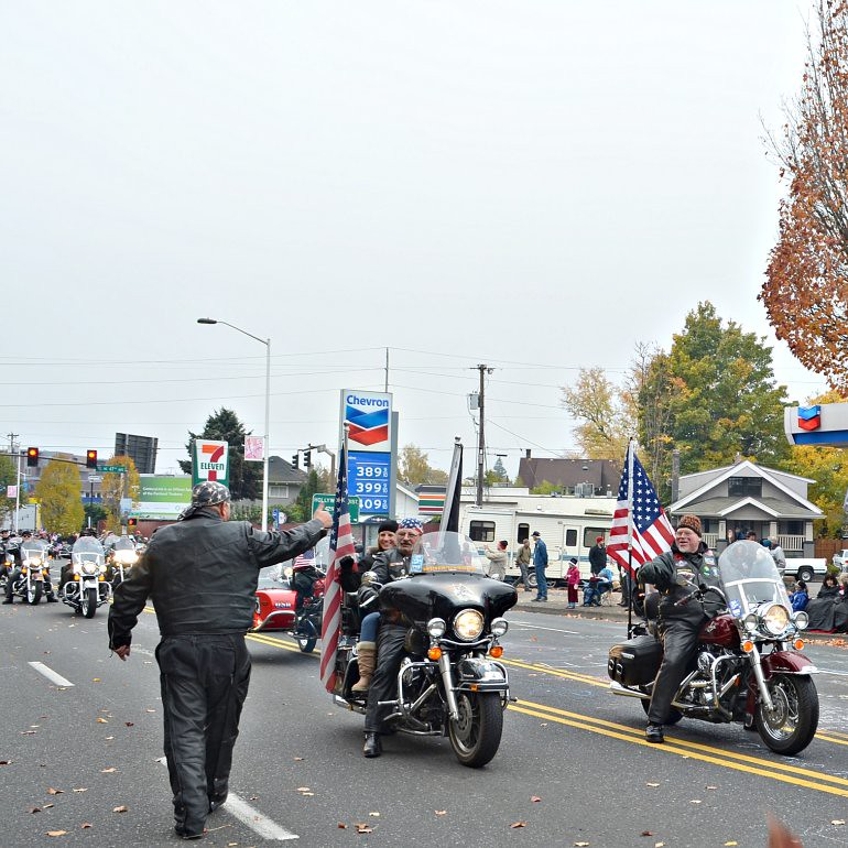 DSC_0134p_veterans_day_parade_motorcyclists_thumbs_up