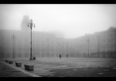Novecento (Giuseppe Suaria) Tags: italy mist fog square grey haze grigio foggy piazza nebbia trieste unitàditalia nebbioso