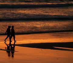Caminando juntos.................. (T.I.T.A.) Tags: playa puestadesol ocaso tita anochecer reflejos areasgordas carmensolla carmensollafotografía carmensollaimágenes