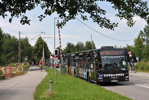 Ein Maxitrain am Bahnübergang in der Lerchenauer Straße.