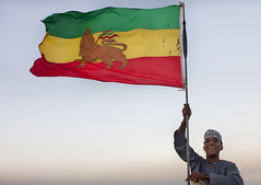 Flag over Lamu - Kenya (Eric Lafforgue) Tags: africa man island happy kenya flag culture unescoworldheritagesite afrika tradition lamu swahili afrique ethiopian eastafrica qunia lafforgue  qunia    119225 kea   tradingroute a
