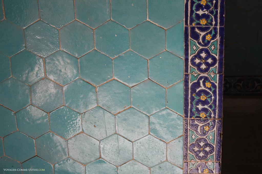 Azulejos azuis hexagonais.