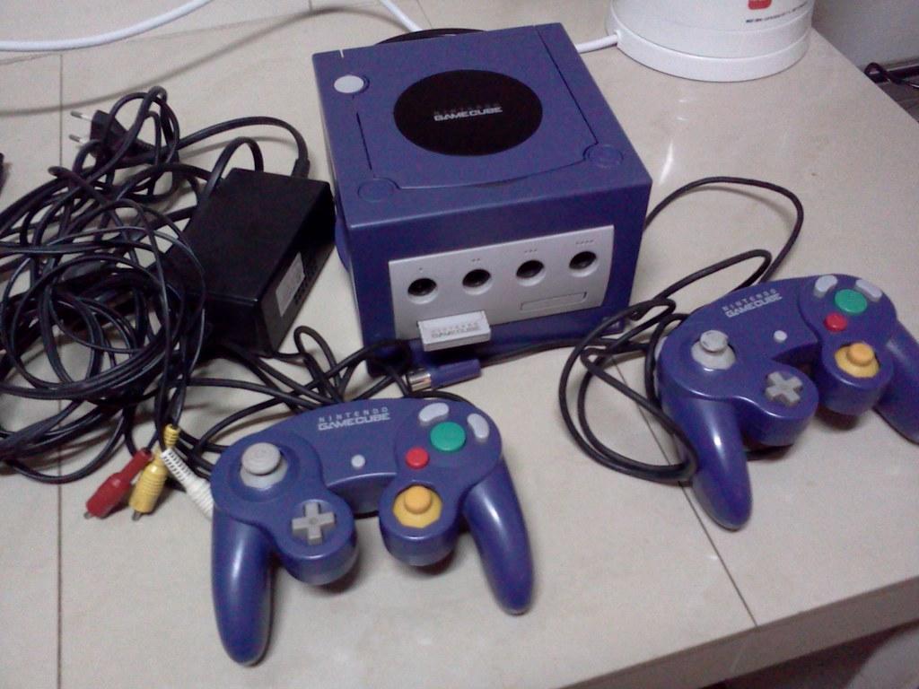 Gamecube morado y sus accesorios