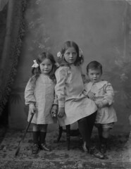 Cuteness alert! (National Library of Ireland on The Commons) Tags: ireland girls boy cute kids portraits wednesday children three ribbons retrato nios september 20thcentury tipperary murdoch munster 27th irlanda 1905 1900s cahir glassnegative nationallibraryofireland kilcoranlodge murdochfamily ahpoole poolecollection arthurhenripoole adelinemurdoch sidneymurdoch adamurdoch