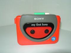 Walkman WM3000 - My First Sony Collectie (BeeldenGeluid) Tags: museum radio ads walkman reclame retro gadgets collectie archief objecten beeldengeluid myfirstsony nederlandsinstituutvoorbeeldengeluid