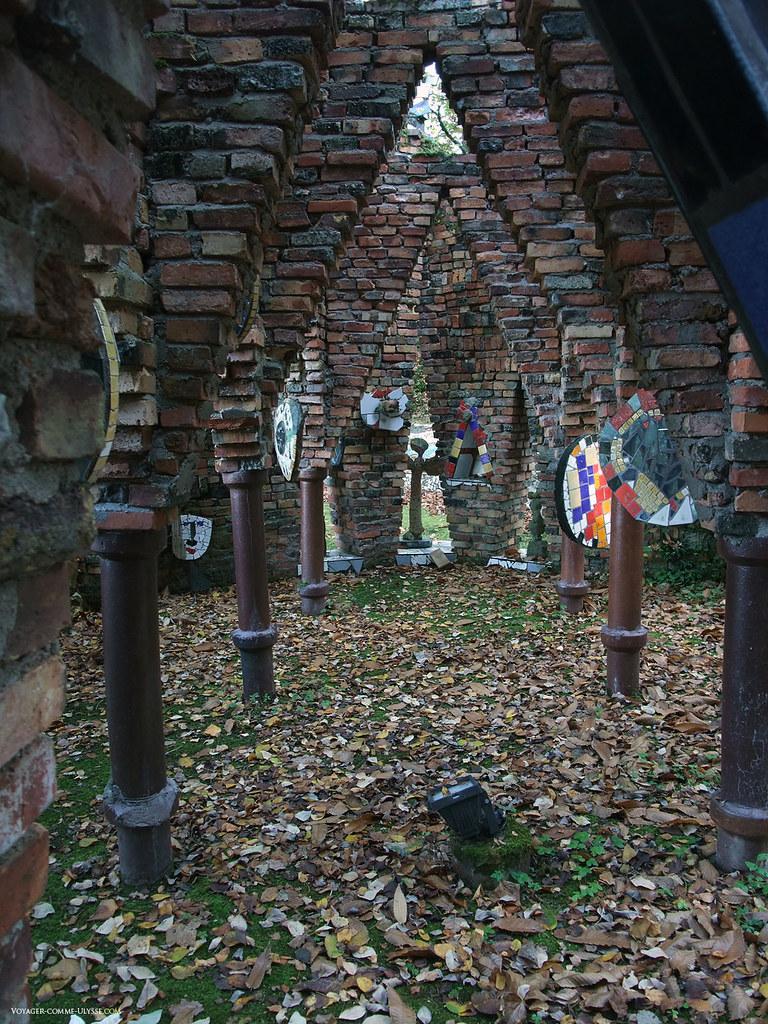 Les piliers, les briques et la céramique sont ici combinés pour nous donner cette nef à ciel ouvert